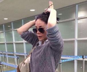 王菲现身韩国机场被拍 身材苗条被赞气质好