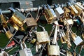 """巴黎艺术大桥不堪重负 工人拆除桥上""""爱锁"""""""
