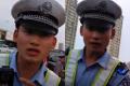 母女因停车当街对交警撒泼 为交警小哥鸣不平