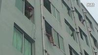 实拍消防员飞脚将跳楼女子踹进屋内