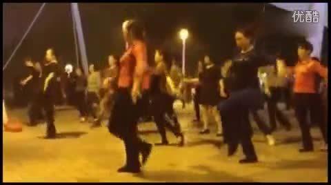 大妈把《喜欢你》改编成了广场舞,舞姿迷人