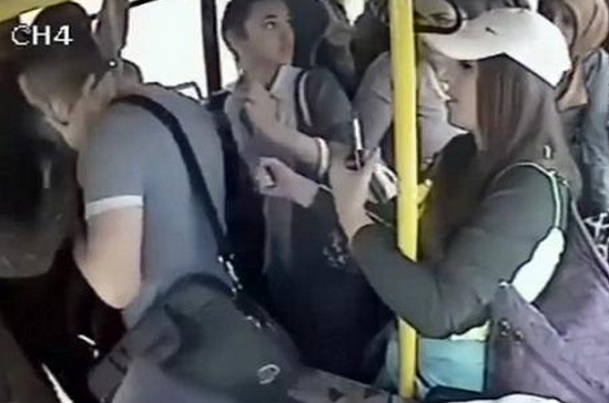公交色狼被抓现形 当场遭全车女乘客围殴