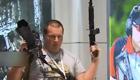 """新鲜!莫斯科机场卖AK-47周边 旅客可""""持枪""""登机"""