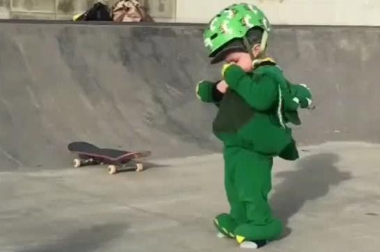 玩滑板的小宝宝,萌炸了!喝口奶换个尿布休息一下再继续