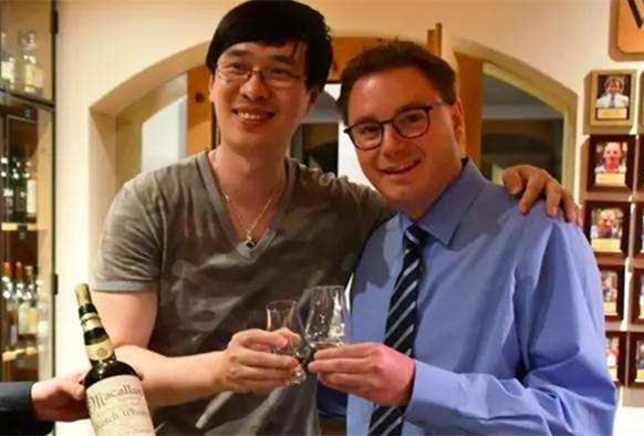 中国作家7万喝杯假威士忌 瑞士老板不远万里道歉
