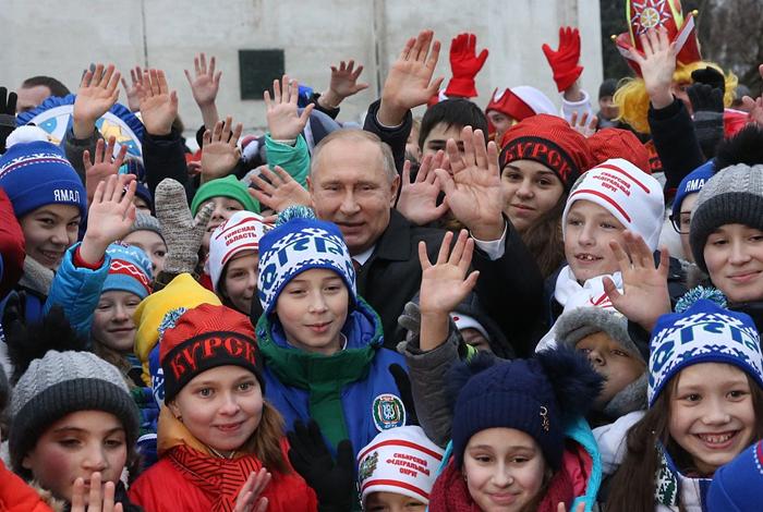 普京被孩子们团团围住 突然听到一句令人窒息的吐槽