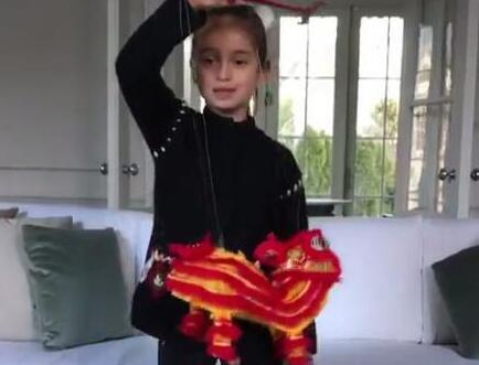 特朗普女儿发拜年推特 外孙女用中文唱《新年好》