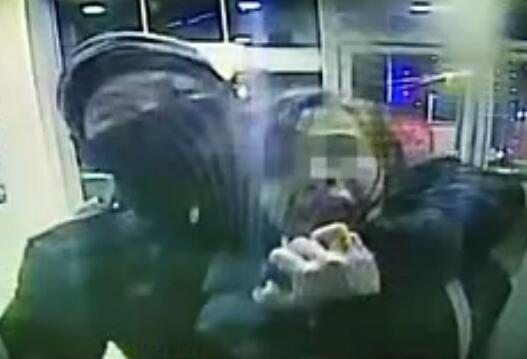 """女子取钱时遭抢劫 ATM机突然""""喊话"""":我们报警了"""