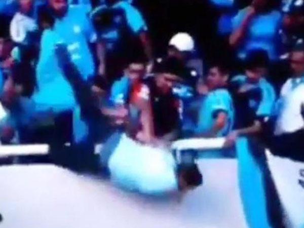 实拍阿根廷球迷遭足球流氓追打 摔落看台死亡