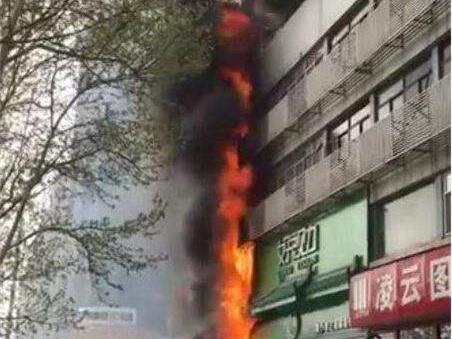 济南赛博广场沿街商铺失火 现场火光冲天