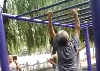 北京后海一个晨练的老奶奶 惊呆众人